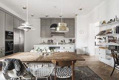 Post: Un comedor con mezcla de sillas y lámparas --> decoración cocinas, decoración comedores, decoración escandinava, diseño comedores, estilo nórdico, interiorismo, mezcla sillas, lámparas de diseño, scandinavian kitchen, scandinavian interiors, home decor, interior styling