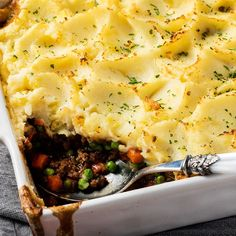 Shepherd's Pie is a classic, one-dish meal that combines beef and vegetables in a delicious gravy that is topped with mashed potatoes. Oven Recipes, Slow Cooker Recipes, Cooking Recipes, Easy Recipes, Diabetic Recipes, Cooking Ideas, Dinner Recipes, Easy Country Fried Steak, Recipes