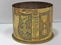Douille gravée: RENE COUDRAY TOMBE AU CHAMP D'HONNEUR CHEMIN DES DAMES AISNE 8 MAI 1917. Dimensions: diamètre 12cm Hauteur 9cm.
