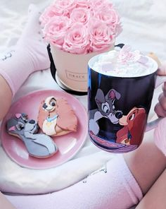 Lady and the Tamp Mug And cookies. What a Disney day! Cute Disney, Disney Dream, Disney Magic, Disney Pixar, Walt Disney, Comida Disney, Carrie, Disney Coffee Mugs, Cosy Night In