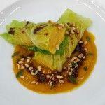 Involtini di verza con ripieno di ceci e carote al timo su crema di zucca