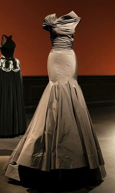 azzedine alaia exhibit 2013 This would be a great Mother of the bride or groom dress Fabulous Dresses, Beautiful Gowns, Pretty Dresses, Beautiful Outfits, Style Couture, Couture Fashion, Look Formal, Azzedine Alaia, Mode Vintage