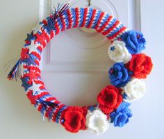 of July crochet wreath - One of our favorites in the best colors possible! Crochet a wreath and adorn it with stars, stripes and flowers. Crochet Home, Crochet Gifts, Fourth Of July, 4th Of July Wreath, Holiday Crochet Patterns, Crochet Projects, Crochet Ideas, Crochet Tutorials, Yarn Projects