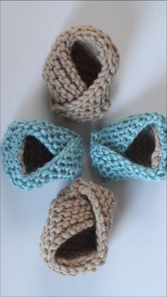 Let's knit up these really cleverly designed and easy to knit Baby Booties! Let's knit up these really cleverly designed and easy to knit Baby Booties! Baby Booties Knitting Pattern, Booties Crochet, Crochet Baby Booties, Crochet Slippers, Baby Knitting Patterns, Baby Patterns, Knitting Yarn, Baby Bootees, Crochet Patterns