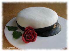 Vinkki 1: Voit valmistaa kakun kuorrutusta ja koristeita myöten valmiiksi edellispäivänä. Säilytä jääkaapissa ilman kupua. Vinkki 2: Kick-lakritsin sijaan voit käyttää mustaa sokerimassaa. Kun käytät lakritsia, kauli kakkua kiertävä nauha ohueksi, muuten leikkaaminen kakkulapiolla on hankalaa. Vinkki 3: Ehdotetun täytteen lisäksi löydät täytevalikoimaa Täytteet-osiosta. Isoihin juhliin kannattaa valita kohtalaisen neutraali makumaailma. Lakkiaiskakkuun sopisi esimerkiksi suklaatäyte. […] Zucchini Puffer, Sweet Pastries, Monkey Business, Yummy Cakes, Cake Decorating, Food And Drink, Cooking, Party, Desserts
