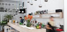 Marks mit ein paar veganen Optionen. Wien Food Places, Restaurant Bar, Floating Shelves, Restaurants, Home Decor, Pictures, Couple, Diners, Room Decor