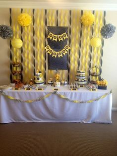 Bumble bee Mommy to bee baby shower. Baby Shower Parties, Baby Shower Themes, Baby Boy Shower, Bee Baby Showers, Mommy To Bee, Bumble Bee Birthday, Sunflower Baby Showers, Bee Theme, Birthday Decorations