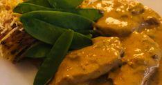 En fantastisk god & krämig rätt som passar både till vardag och fest.   Lite sting i rätten men vill man ha den mild så tar man bort Sa... Thai Red Curry, Chicken, Meat, Ethnic Recipes, Food, Hoods, Meals, Kai