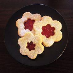 Krásné recepty od Aničky: Linecká kolečka Cookies, Desserts, Food, Tailgate Desserts, Biscuits, Deserts, Essen, Dessert, Cookie Recipes