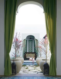 Love the Moorish details in this courtyard