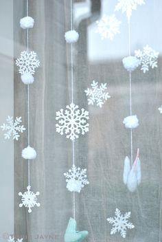 On this page you can see how you can make the beautiful snowflake yourself … – christmas decorations Office Christmas Decorations, Snowflake Decorations, Snowflake Garland, Diy Xmas Party Decor, Diy Party, Frozen Themed Birthday Party, Diy Birthday, Winter Birthday, Christmas Snowflakes