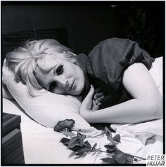 Candy Darling on her deathbed. Im gunna watch the blue birds fly over my shoulder, Im guna watch them pass me by maby when Im older, What do you think id see if I could walk away from me. Everybody's Darling, Candy Darling, Whitney Museum, Androgyny, Post Punk, I Icon, Andy Warhol, Film Photography, Art World