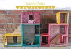 DIY: casita de muñecas modular formada por seis módulos, dos escaleras y dos maletas. Permite construir una casita distinta cada día: las posibilidades son infinitas!