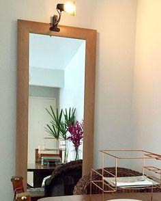 WEBSTA @ eridollinger - Se vc tem um canto escuro em casa e não pode ou não quer gastar com um projeto de iluminação, invista nessas luminárias tipo clip. Vc pode por e usar como e onde quiser! Aqui usei um espelho comprado no Extra R$100,00 e a luminária custou na faixa de R$30,00 na Etna @etnaoficial .Boas soluções e baixo custo. É o objetivo do meu trabalho. #decor #decoration #sala #livingroom #espelho #mirror #saladecorada #iluminaçao #ilumination #luminariaclip #luminaria #interiores…