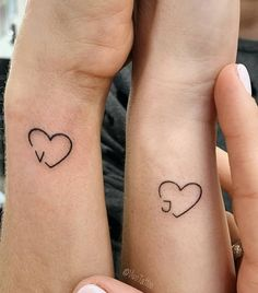 First Tattoo Placement On Hand Wrist: 42 Tiny Hand Wrist Tattoo Ideas For Woman - Tattoo Platzierung - Tattoo World Friend Tattoos Small, Tiny Tattoos For Girls, Tattoos For Women Small, Unique Small Tattoo, Small Tattoo Designs, Unique Tattoos, Beautiful Tattoos, Awesome Tattoos, Inner Wrist Tattoos