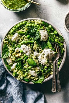 This green orzo salad with basil vinaigrette is exploding with flavors and textures like asparagus, snap peas, spinach, basil and buffalo mozzarella! Never bring a boring pasta salad to a gathering ever again! Healthy Salads, Healthy Eating, Healthy Dinners, Vegetarian Recipes, Healthy Recipes, Clean Recipes, Fresco, Spring Recipes, Pasta Salad
