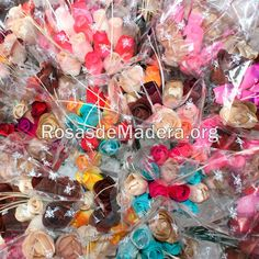 Ramos para invitados boda - Rosas de Madera  Ramos de rosas de madera para los invitados de una boda Guest Houses, Inexpensive Gift, Wooden Flowers, Bridesmaids, Invitations, Roses, Guest Bedrooms, Shed Guest Houses