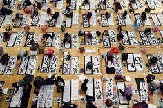 TOKYO (AFP PHOTO / TOSHIFUMI KITAMURA).- Contestants write letters during the 51st annual new year Calligraphy contest at the Budokan hall in Tokyo on January 5, 2015. About 3,150 people participated in the calligraphy contest to celebrate the start of the new year.