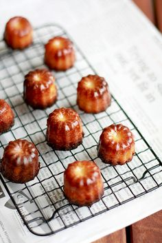 Cannelés de Bordeaux: little cakes which originated from the bordeaux region in France French Desserts, Just Desserts, Delicious Desserts, Yummy Food, Japanese Desserts, Comida Boricua, Little Cakes, I Love Food, Sweet Recipes
