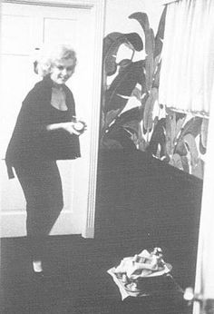 Marilyn Monroe at The Beverly Hills Hotel, check out the iconic banana leaf wallpaper