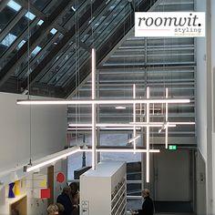 MONDRIAANHUIS • RIETVELD Tijdens de 'Mondriaan to Dutch Design Tour' in Amersfoort bezocht ik het nieuwe @mondriaanhuis Deze waanzinnig mooie lamp hangt in de entreehal. Na een grote verbouwing is dit museum getransformeerd tot een ware beleving. De gids vroeg mij wat ik van het museum vond, juist omdat ik uit Den Haag kom en het Gemeentemuseum heel goed ken. Ik antwoordde: 'ik heb het gevoel dat ik Piet heb ontmoet.