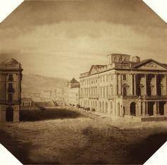 Primera fotografía (Daguerrotipo) de Barcelona y de España. Tomada por Ramon Alabern el 10 de noviembre de 1839. Se pueden apreciar la casa Xifré y la Lonja del Mar. El original está invertido de izquierda a derecha, lo voltee para ajustarlo a la realidad. En la Plaza Palacio está una placa que hace referencia a este hecho.