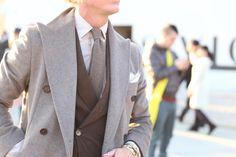 Comment porter du gris clair en hiver ? (feat. notre manteau et notre cardigan) | BonneGueule