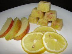 Яблочно-лимонный скраб в кубиках: 1 лимон 2 яблока (сочных) формочки для льда СПОСОБ ИЗГОТОВЛЕНИЯ Измельчаем лимон и яблоки с кожурой в блендере или на мелкой пластмассовой терке. Раскладываем по формочкам и замораживаем. Если мало сока можно добавить немножко минеральной воды. Протираем лицо застывшими кубиками. Эффект - мягкое отшелушивание, отбеливание, уменьшение пор.