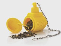 Tea sub infusión.  Este submarino amarillo recibe el te de hojas de un viaje mágico y misterioso al fondo de su taza,permitiendo la creación perfecta de su infusión preferida. Solo debe abrir la escotilla ,poner algunas hojas y hacer la inmersión.Está fabricado con silicona y es apto para el lavavajillas. http://es.ideesdisseny.com/eshop/cocina/para-cocinar/tea-sub-infusion-id-1053.htm