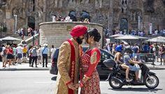 Una pareja de turistas posa ayer frente a la Sagrada Familia.