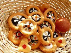 """KOLÁČKY od naší babičky Tradiční české a moravské koláče s tvarohovou, makovou a povidlovou náplní, zdobené mandlemi, rozinkami, kandovaným ovocem a drobenkou. Hračka do dětské kuchyňky, dekorace do mateřských škol nebo do výloh pekařství apod. Průměr koláčku: 6 cm. Cena je za 1 kus, vyberte si , na které """" máte chuť """". Koláčky jsou ručně šité, malé části ..."""