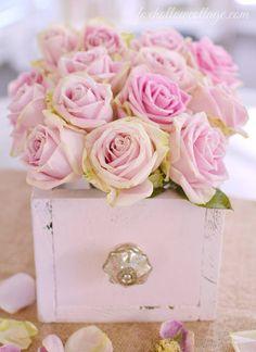 Schublade als Blumenvase - zartrosa Dekoration mit Rosen Drawer used as a vase for pink roses - beautiful decoration