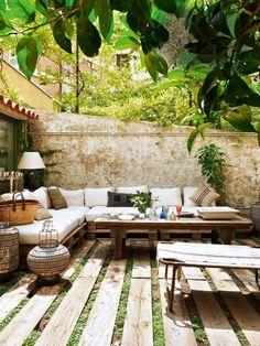 #BackyardGetaways #SummerIsNear Looks like homemade base for couch. Great idea