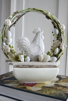 Easter centerpiece with rooster Easter Table, Easter Eggs, Ester Decoration, Valentine Bouquet, Rooster Decor, Chickens And Roosters, Egg Art, Diy Wreath, Wreaths