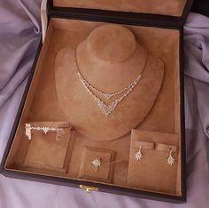 Gold Jewelry Simple, Stylish Jewelry, Luxury Jewelry, Fashion Jewelry, Jewelry Design Earrings, Gold Earrings Designs, Jewelry Necklaces, Jewelery, Indian Jewelry Sets