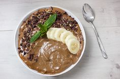 Smoothie bowls like this are one of my favourite ways to easily and quickly pack a bunch of nutrients into a meal. Full of satiating healthy fats from avocado and almonds and antioxidants from the … Healthy Foods To Make, Healthy Sweet Treats, Healthy Juices, Healthy Dishes, Healthy Smoothies, Healthy Fats, Healthy Life, Healthy Eating, Cacao Smoothie