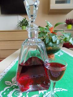Bobulky aronie v sítku omyjeme pod tekoucí vodou. Nachystáme si 3l láhev. Do lahve dáme vždy vrstvu aronie, prosypeme cukrem až do vypotřebování... Skull Artwork, Home Canning, Beverages, Drinks, Wine Decanter, Smoothies, Barware, Christmas Bulbs, Perfume Bottles