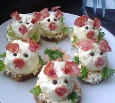 Sweet Home: Fun salads. Bees made with black and green oli Cute Food, Good Food, Awesome Food, Meat Trays, Cheese Bites, Food Garnishes, Food Decoration, Food Humor, Creative Food