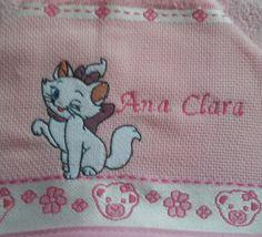Toalha de banho com capuz, em atoalhado 100% algodão baby Dohler. <br>Acompanha uma toalhinha lavabo 30x45cm com a mesma aplicação, cor e motivo. Trabalho artesanal em patch aplique de joaninha e botão fantasia. Possibilidade de personalizar com o nome do bebê. Delicadeza e requinte num momento especial!!!! <br> <br>POLÍTICAS DA LOJA: <br>Antes de comprar, tire suas dúvidas clicando no link: *Contatar o Vendedor* através do Elo7. Será um prazer atendê-lo. <br>O prazo de confecção para…