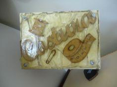 Caixa de costura trabalhada na tampa com tema de costura em arte moderna.