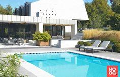 Lounge meubelen tuin bij rechthoekig zwembad | luxe zwembad | zwembad in tuin | swimming pool ideas | Hoog.design