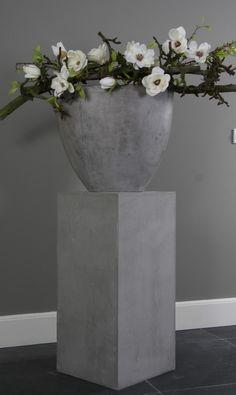 Leuke betonnen zuil met betonnen vaas en decoratie takken met zijden bloemen, ideaal met verzorging. Te verkrijgen op webshop Decoratietakken.