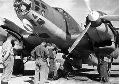Spain - 1938. - GC - Un bombardero Heinkel He 111 de la Legión Cóndor siendo recargado con bombas.