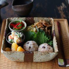 「2018.06.03 Sun. お昼ごはん ✴︎ ✴︎ 久しぶりに深さのある器でおべんと風。 ▫︎豚肉と豆もやしの炒め物 ▫︎おからサラダ ▫︎ピーマンの和え物 ▫︎雑穀米おにぎり ▫︎デコポン ▫︎緑茶 ・ アイスクリームが食べたい。 でもお休みでメイクもしてないし…」 Asian Recipes, Healthy Recipes, Health Shop, Picnic Foods, Exotic Food, Korean Food, Food Plating, Japanese Food, Bento