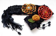 cachecol feito em tear manual com detalhes em crochê, botões, chatons, fios peruanos em acrílico e pom pons.