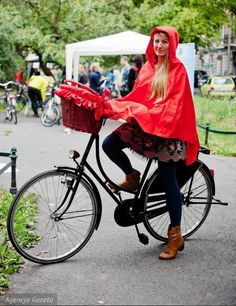 Ideas for rainy days on bicycle | Waterproof basket cover and poncho | bikebelle.com