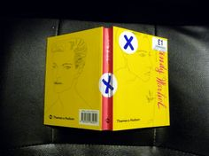 Jemina Staalon matkaploki: Lontoo: mitä ostaa? Warholia punnalla: Mitä ostaa Lontoossa yhdellä punnalla? No, Warholin mieskaunetta, tietenkin! Andy Warhol: Men,1 £, ostopaikka upea HMV, jossa STOOGES kirjojakin saa 3 £ kohtuulliseen hintaan.. Alkusanat Meniin kirjoitti ihanainen Alan Cumming - alan valloittavahymyisin keltti...
