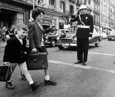 Los cordiales buenos días. Calle de pelai. Barcelona, 1965