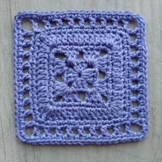 [Gratis haakpatroon] Dit Nederlandse haakpatroon is onderdeel van de Een Mooi Gebaar CAL. Je leert stap voor stap hoe je dit prachtige vierkantje haakt. De Een Mooi Gebaar CAL bestaat uit 365 verschillende haakpatronen, één voor elke dag van het jaar. Veel haakplezier! Knitting Squares, Crochet Squares Afghan, Crochet Square Patterns, Crochet Blocks, Afghan Patterns, Crochet Granny, Crochet Blanket Patterns, Crochet Motif, Crochet Stitches