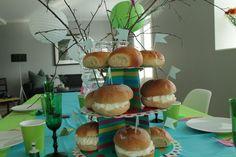 Vi dekker fastelavnbord med duker, kakestativ, rosa bestikk, kopper og små søte kakeflagg fra bursdagiboks!